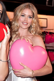 Doutzen Kroes wore her hair in long loose curls at the Victoria's Secret Valentine's Day Event.