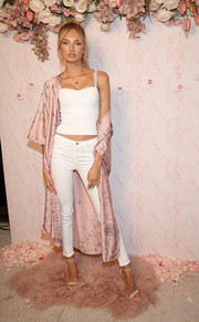 Romee Strijd punctuated her whites with a pink floral robe.