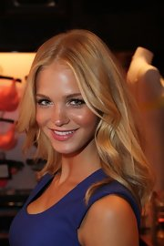 Erin Heatherton wore her gleaming golden tresses in pretty bouncy waves while on the Victoria's Secret Very Sexy Tour.