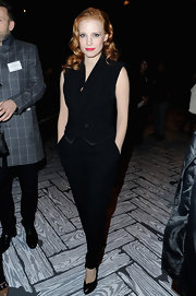 While in Paris, Jessica Chastain showed her taste for classic and sophisticated style with this black sleeveless jumpsuit.