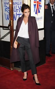 Victoria Beckham looked so high-fashion with this maroon wool coat draped over her shoulders at the 'Viva Forever' press night.