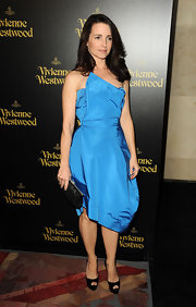 Kristin Davis paired her vibrant blue Asymmetric blue dress with black satin platform pumps.