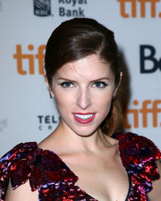 Anna Kendrick attended the premiere of 'The Voices' wearing a simple yet lovely side-parted ponytail.