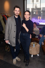 Jenny Slate completed her casual look with classic blue jeans.