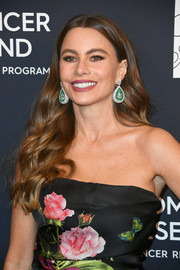 Sofia Vergara added a heavy dose of luxury with a pair of emerald and diamond teardrop earrings by De Grisogono.