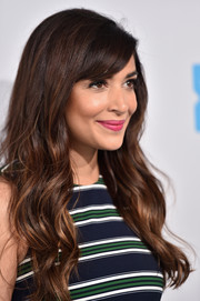 Hannah Simone looked oh-so-pretty with her long waves and side-swept bangs during WE Day California.