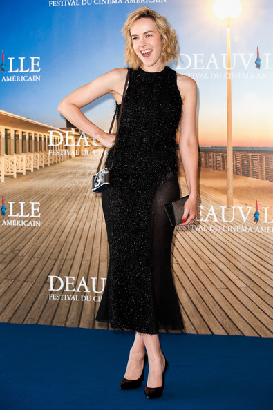 Jena Malone styled her dress with a metallic silver clutch.