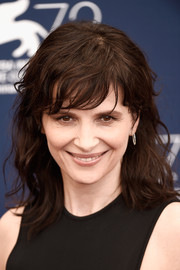 Juliette Binoche sported disheveled waves with side-swept bangs at the Venice Film Fest photocall for 'The Wait.'