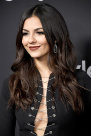 Victoria Justice went boho with this center-parted wavy 'do at the Warner Bros. and InStyle Golden Globes post-party.