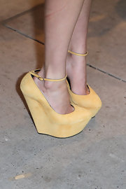 Alexis showed off her stylish flair in a suede pair of soft yellow wedge heels. Ankle straps completed her funky foot candy!