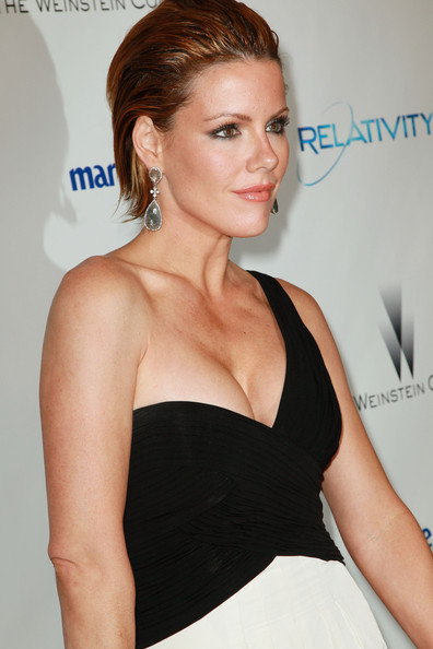 Kathleen Robertson paired her one-shoulder dress with dangling tear drop earrings.