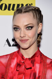 Amanda Seyfried went for an edgy beauty look with smoky eyeshadow in black with a tinge of purple.