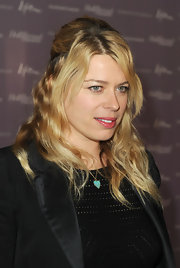 Amanda de Cadenet wore a pretty turquoise heart pendant necklace.