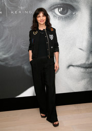 Juliette Binoche completed her outfit with black wide-leg pants.