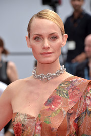 Amber Valletta finished off her look with a vintage-glam choker.