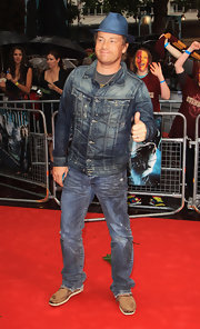 Jamie rocks denim on denim in this snazzy style.