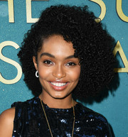 Yara Shahidi wore her hair in volutminous, tight curls at the world premiere of 'The Sun is Also a Star.'
