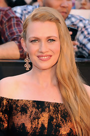 Mireille Enos donned a gorgeous pair of gold-framed diamond chandelier earrings at the premiere of 'World War Z' in NYC.