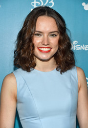 Daisy accentuated her look with bright red lips.