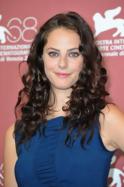 Kaya Scodelario kept her look low-key with a subtle pink lip color at the 'Wuthering Heights' photocall.