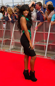 Kelly Rowland stepped onto the 'X Factor' photocall red carpet in a black backless cocktail dress with green insets.