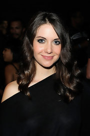 Alison Brie looked fetching at the Y-3 fashion show with this wavy hairstyle.