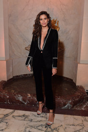Sara Sampaio complemented her suit with a pair of silver and black evening sandals.