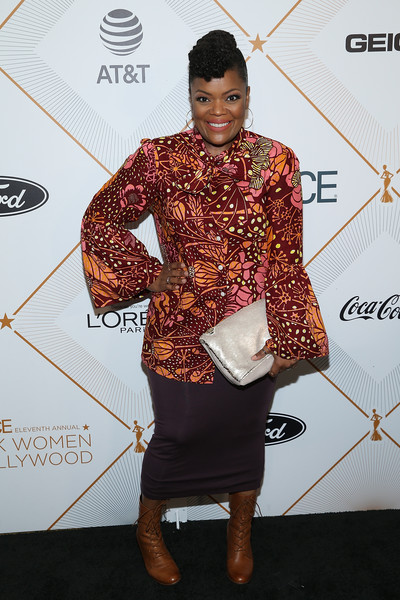 Yvette Nicole Brown Sequined Clutch [red carpet,carpet,fashion,fashion design,formal wear,suit,flooring,dress,award,style,yvette nicole brown,arrivals,beverly hills,california,beverly wilshire four seasons hotel,essence 11th annual black women in hollywood awards gala]