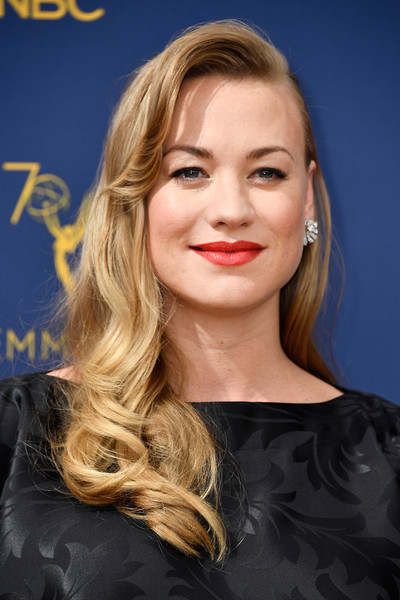 Yvonne Strahovski Retro Hairstyle [hair,face,blond,hairstyle,lip,eyebrow,chin,beauty,long hair,skin,arrivals,yvonne strahovski,emmy awards,70th emmy awards,microsoft theater,los angeles,california]
