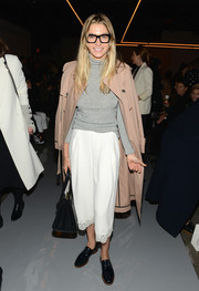 Jessica Hart finished off her look with a classic beige trenchcoat.