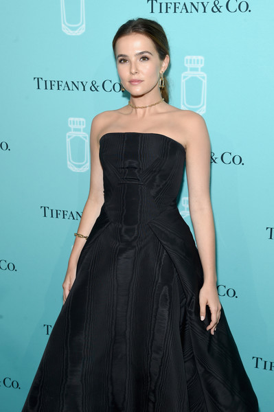 Zoey Deutch Link Bracelet [clothing,dress,fashion model,shoulder,strapless dress,cocktail dress,little black dress,fashion,hairstyle,a-line,arrivals,zoey deutch,new york city,tiffany co,event,fragrance launch,fragrance launch event]