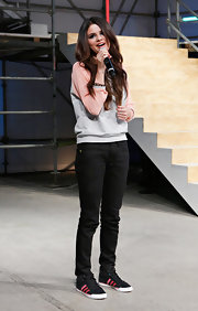 For the Adidas NEO Label event, Selena Gomez chose simple black skinny pants to look casual and comfortable.
