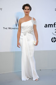 Ignoring Brooke Shields' stunned expression, she does look pretty in this white gown by Marchesa. The frock is devoid of any of the brand's signature tulle, which gives it a more mature look. But it does have added detailing on the shoulder and waist so you don't forget what they're good at.