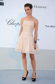 Charlotte was ultra sweet in a pale pink cocktail dress. She opted for simple accessories, wearing classic black peep-toe pumps.