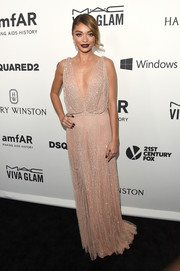 Sarah Hyland went for vintage gorgeousness in a delicately beaded blush-hued gown by Jenny Packham at the amfAR Inspiration Gala.