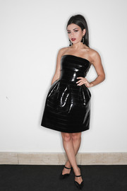 Charli XCX polished off her look with vintage-inspired black pumps.