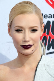 Iggy Azalea attended the iHeartRadio Music Awards wearing dark lipstick that looked striking against her pale complexion.