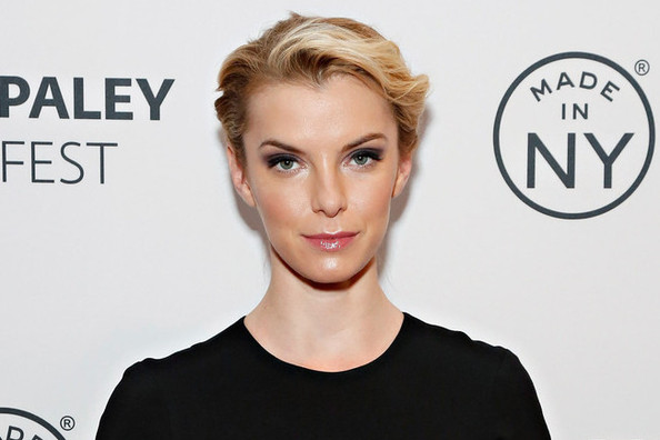 'Nurse Jackie' Star Betty Gilpin Talks Fashion On and Off Set