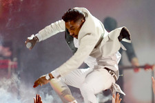 Ouch: Miguel Accidentally Slams Crotch Into Woman's Face at the Billboard Music Awards