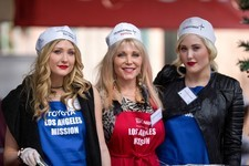 Celebs Give Back on Christmas