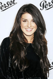 Shenae Grimes was radiant on the red carpet with polished brunette tresses that were softly tousled.