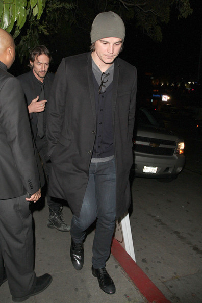 Josh Hartnett opted for a casual knit beanie for both comfort and style while out in LA.