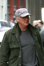 Richard Gere supports his team in this light gray Yankees cap.