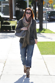 Alyson Hannigan topped off her look with brown lace-up ankle boots.