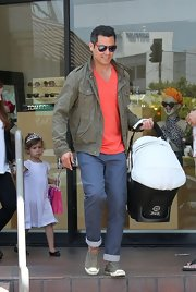 Cash Warren's taupe jacket and coral V-neck tee were a casual yet handsome combination.