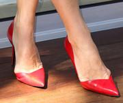 Molly Sims chose elegant red pointy pumps to complete her look during the Hello LA event.