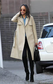 Zoe Saldana looked classically chic in a timeless khaki trench coat.