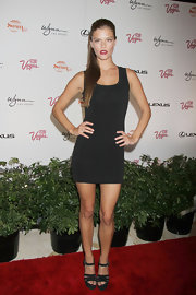 Nina Agdal kept her red carpet look classic and simple with a sleeveless fitted LBD.