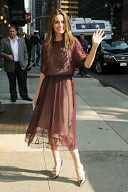 Amanda Peet looked lovely in this beaded chiffon burgundy dress for her appearance on the 'Late Show' in NY.