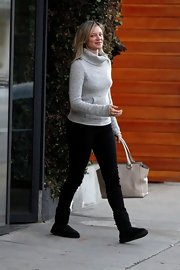 Amy Smart cozied up in a pair of black sheepskin boots.